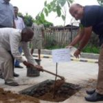 एन.एच.आई.डी.सी.एल. के अधिकारियों द्वारा राष्ट्रीय गुलाब वाटिका, चाणक्यपुरी, नई दिल्ली में 04 अगस्त, 2016 को क्षतिपूरक वृक्षारोपण।